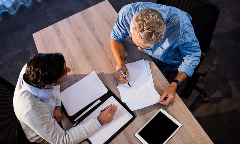 Männer bei Überprüfung Papierkram